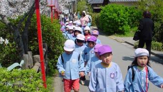Japanese school kids at Koriyama-jo